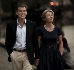 Pierce Brosnan e Emma Thompson nel film Colpo d'amore